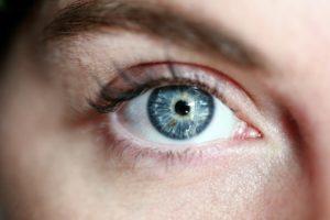 plavo oko ženske osobe